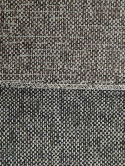 Feiner gewebter Stoff in grauen oder braunen Tönen.