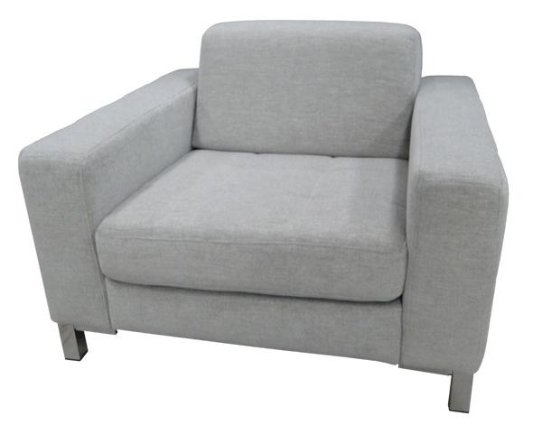 Moderner Sessel mit weichem Rücken.