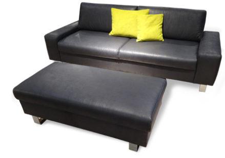 2-Sitzer Sofa mit Hocker.