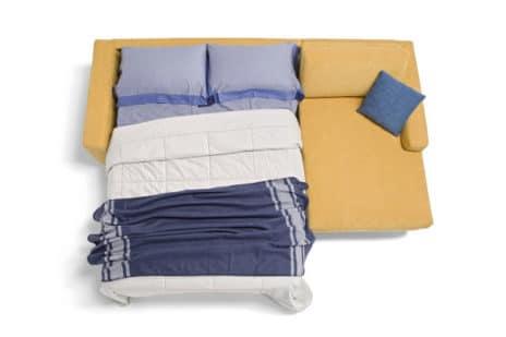 Dauereckschlafsofa mit Matratze und Bettkasten.