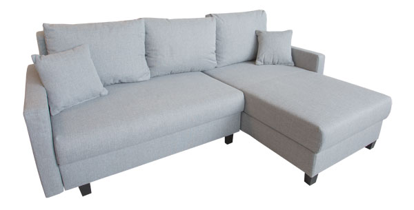 Moderner hellgrauer Stoff auf Couch.