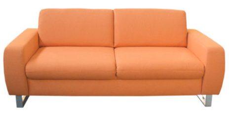2-Sitzer orange mit Metallfuessen.
